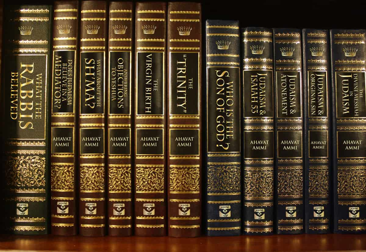 img_ahavatammi_bookshelf_kosher_4